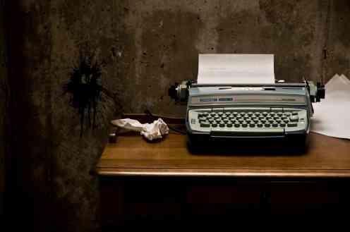 10-domande-che-fanno-rimpiangere-a-uno-scrittore-di-non-essere-un-semplice-lettore-macchian-da-scrivere